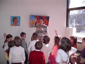Художниця Вікторія Тюрина спілкується з дітьми. фото: Велика Епоха