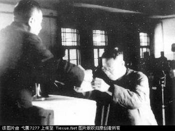 Пу И в тюрьме принимает документ о своей амнистии. 4 декабря 1959 год. Фото с secretchina.com