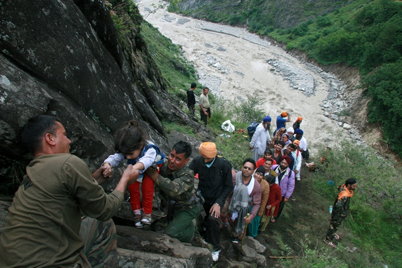 Говиндхат, север Индии, 18 июня. Жители спасаются от наводнения, вызванного сильными тропическими дождями. Фото: STRDEL/AFP/Getty Images