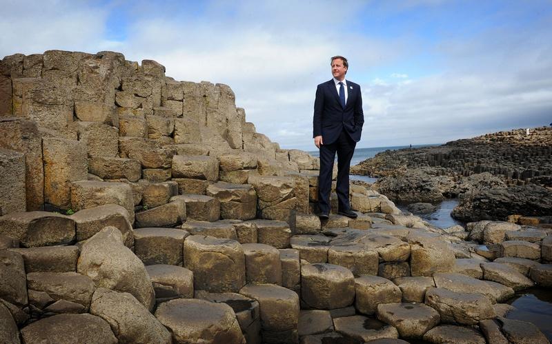 Графство Антрим, Северная Ирландия, 1 августа. Премьер-министр Дэвид Кэмерон позирует на «Дороге гигантов», состоящей из огромных базальтовых колонн. Фото: STEFAN ROUSSEAU/AFP/GettyImages