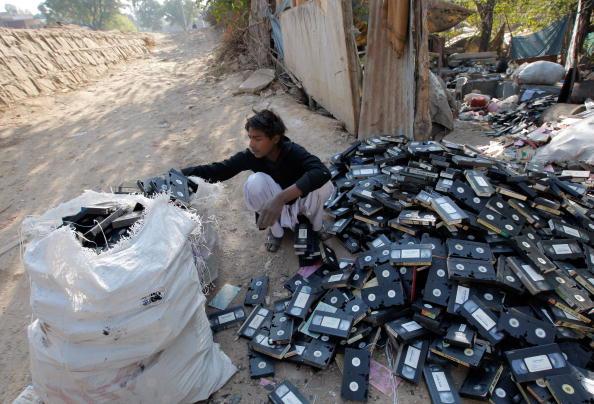 Парень, из бедного района Исламабада, собирается отправить кассеты на переработку. Такое вот у него Рождество. Пакистан. Фото: BEHROUZ MEHRI/AFP/Getty Images