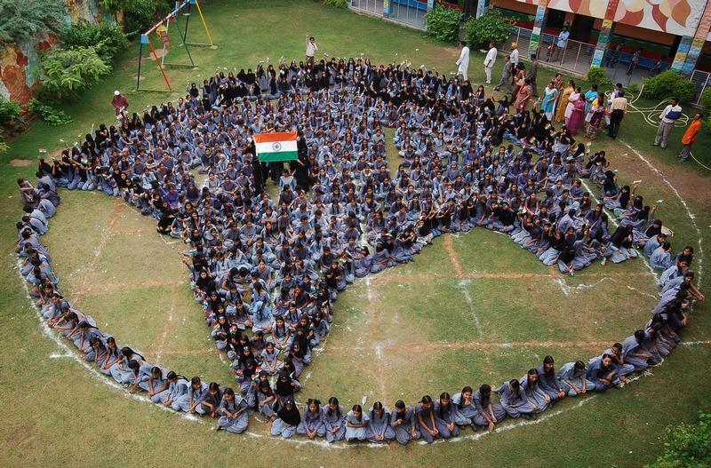 Джодхпур, Индия, 9 августа. Дети образовали карту страны во время молитвы за мир на празднике Рамадан. Фото: STR/AFP/GettyImages