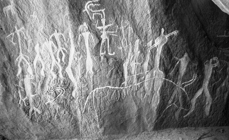Петроглифы Гобустана. Изображения группы людей и животных. Фото: Don-kun/commons.wikimedia.org