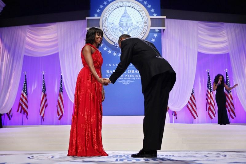 Вашингтон, США, 21 января. Барак Обама приглашает Мишель Обаму на танец во время инаугурационного бала. Фото: Chip Somodevilla/Getty Images