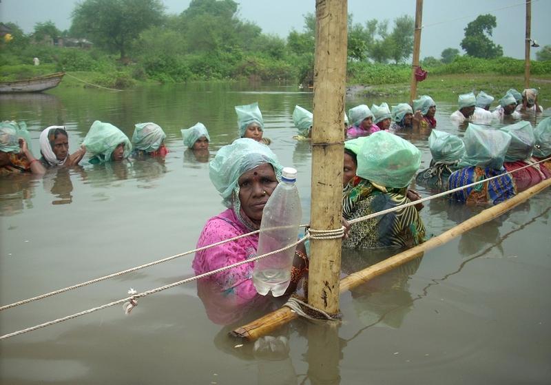 Деревня Кхандва, штат Мадхья Прадеш, Индия, 6 сентября. Жители протестуют против решения правительства штата поднять уровень воды в хранилищах, что приведёт к затоплению полей крестьян. Фото: STRDEL/AFP/GettyImages