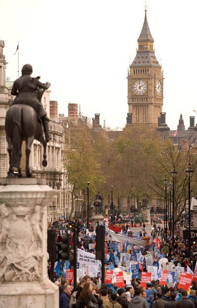 Демонстранты шествуют по улицам Лондона. Они выступают в поддержку действий, связанных с проблемой изменения климата. Фото: LEON NEAL/AFP/Getty Images