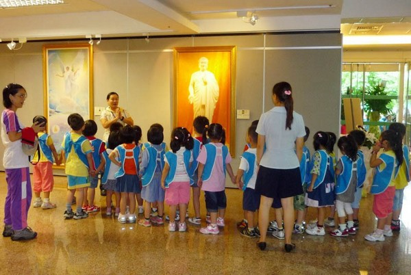 Учителя и ученики школы Юйлинь рассматривают картины