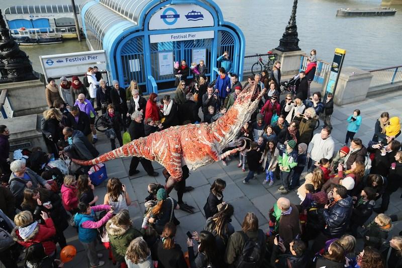 Лондон, Великобритания, 18 февраля. Управляемая полноразмерная копия австраловенатора гуляет по Саут-Банку. В городе проходит выставка «Забавные динозавры». Фото: Dan Kitwood/Getty Images