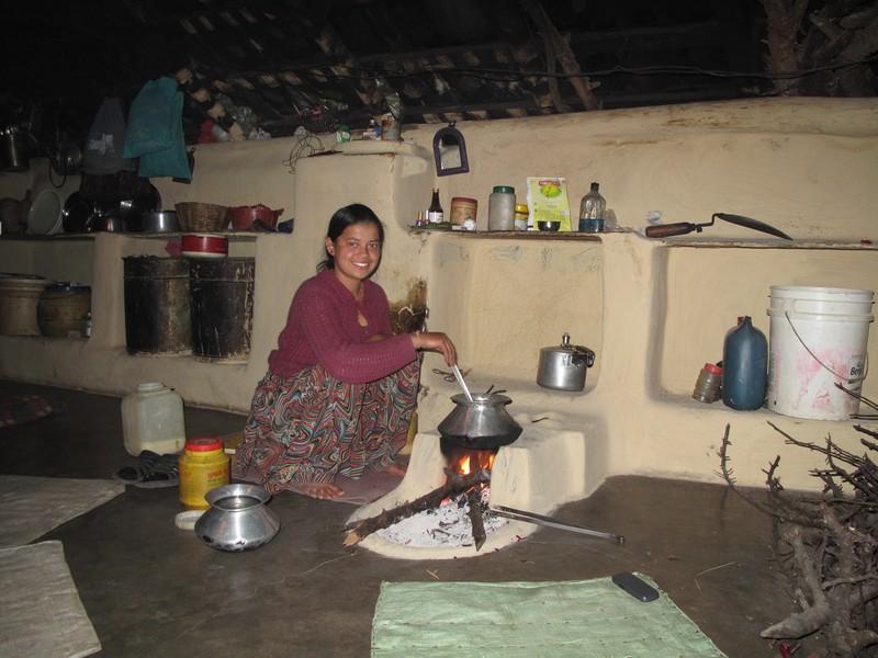 Сима готовит намкинча — индийский чай, в который добавляют молоко, соль, сахар и, собственно, чай. Фото: Игорь Борзаковский/Великая Эпоха