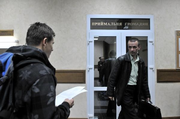 Участник акции в общественной приемной СБУ подает запрос. Фото: Владимир Бородин/The Epoch Times