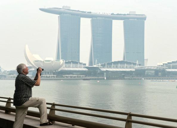 Сингапур окутал сильный смог. Фото: ROSLAN RAHMAN/AFP/Getty Images
