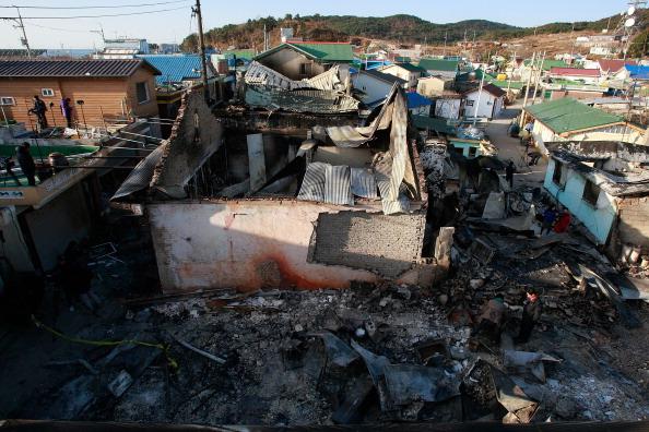ОСТРОВ ЁНПХЕНДО (YEONPYEONG), ЮЖНАЯ КОРЕЯ, 26 ноября: Разрушенные дома после артобстрела 23 ноября Южной Кореи со стороны Северной Кореи. Фото: Chung Sung-Jun/Getty Images