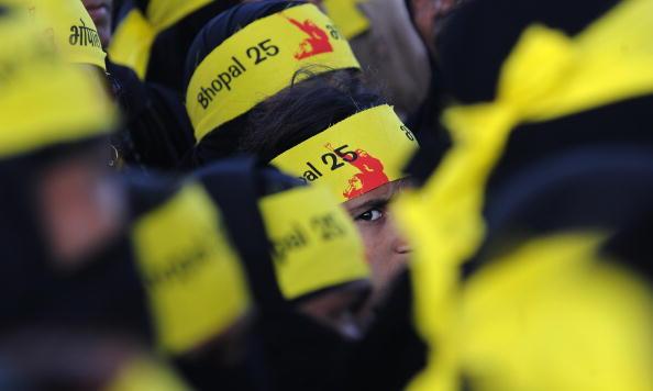 Активисты проводят митинг в Мумбаи по случаю годовщины крупнейшей в истории промышленной аварии. В ночь на 3-е декабря ровно 25 лет назад в городе Бхопал на заводе взорвался смертоносный газ. По данным правительства, в результате катастрофы в первые дни п