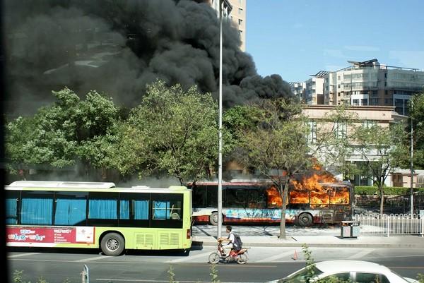 В Пекине от жары загорелся автобус. Фото с epochtimes.com