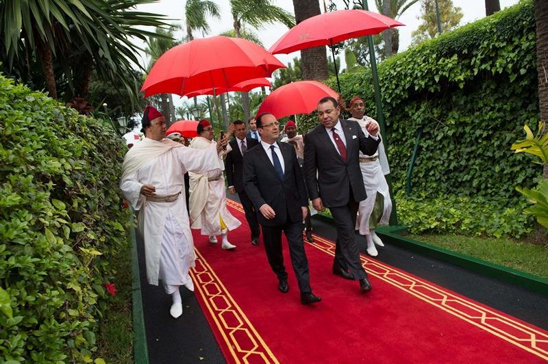 Касабланка, Марокко, 3 апреля. Президент Франции Франсуа Олланд и король Марокко Мохаммед VI направляются в королевский дворец. Франсуа Олланд прибыл в страну с 2-х дневным визитом. Фото: BERTRAND LANGLOIS/AFP/Getty Images