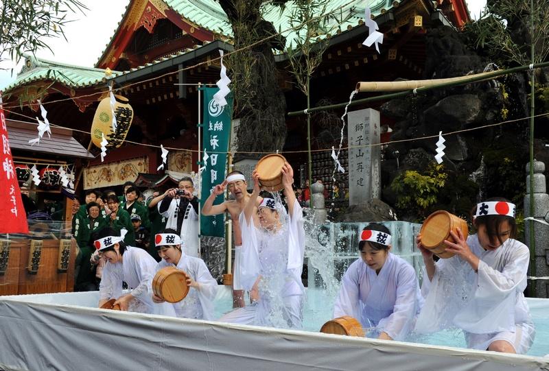 Токио, Япония, 12 января. Жители обливают себя холодной водой на церемонии очищения души и тела. Фото: TOSHIFUMI KITAMURA/AFP/Getty Images
