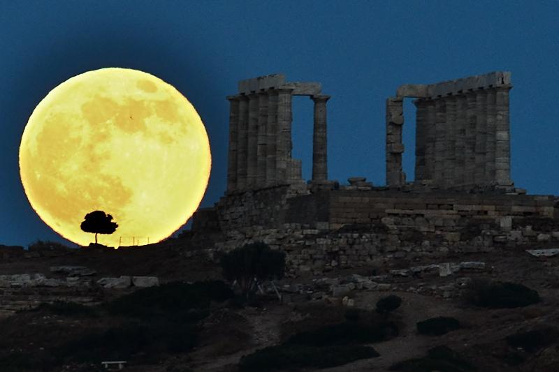 Храм Посейдона возле Афин, Греция, 23 июня. Нахождение Луны на минимальном расстоянии от Земли подарило возможность полюбоваться суперлунием. Луна выглядела на 30% ярче и на 14% больше, чем в обычное полнолуние. Фото: ARIS MESSINIS/AFP/Getty Images