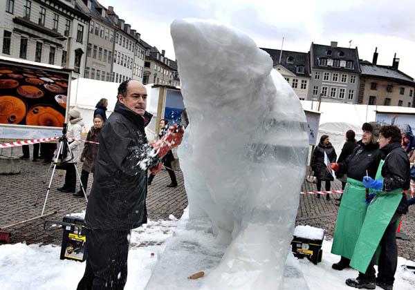 Скульптор вырезает изо льда фигуру полярного медведя на площади Kongens Nytorv. Копенгаген, столица Дании. Фото: Casper Christoffersen/AFP/Getty Images