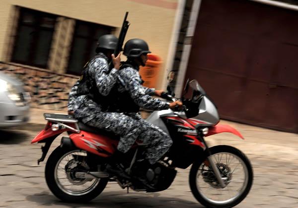 Члены отряда Дельты боливийской полиции патрулируют город накануне президентских выборов. Сукре, столица Боливии. Фото: ERNESTO BENAVIDES/AFP/Getty Images