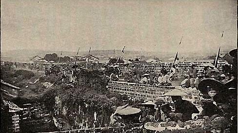 Солдаты на городской стене города Куньмин. Фото: Ernest Morrison
