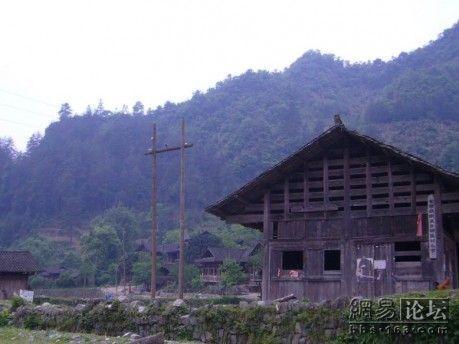 Здание школы в деревне Минси провинции Хунань. Фото с secretchina.com