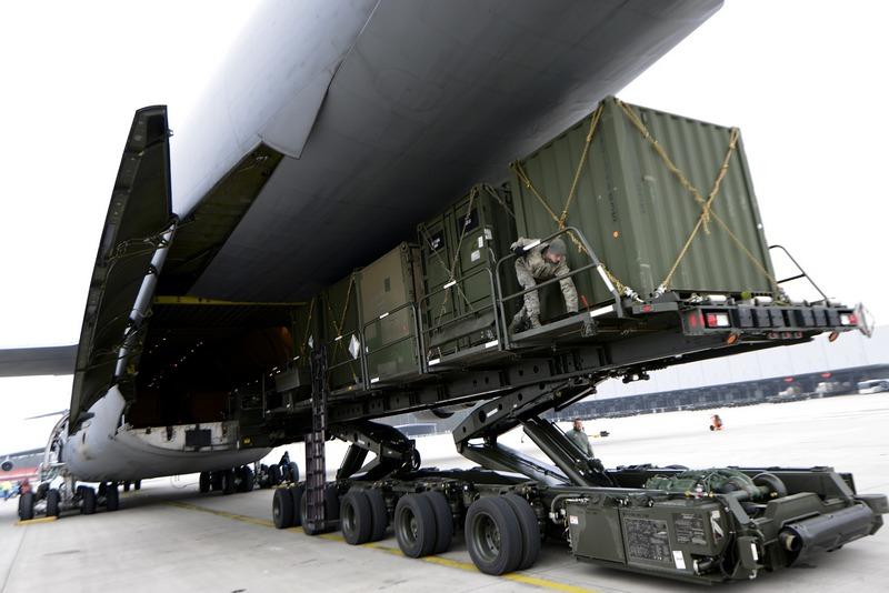 Рамштайн-Мизенбах, Германия, 8 января. Военнослужащие 10-й армии США отправляются в Турцию для обслуживания зенитных комплексов «Патриот», установленных на границе с Сирией. Фото: Thomas Lohnes/Getty Images