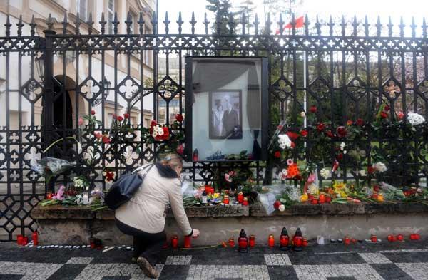 Перед польским посольством в Праге. Фото: MICHAL CIZEK/AFP/Getty Images