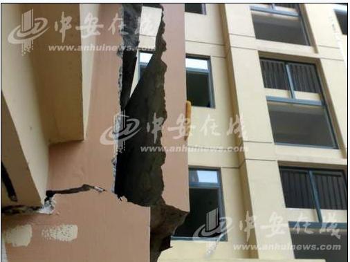18-этажный дом треснул за полтора месяца до сдачи в эксплуатацию. Город Хэфэй провинции Аньхой. Август 2009 год. Фото с epochtimes.com.ua