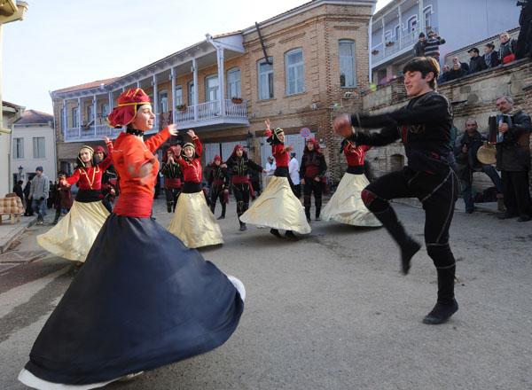 Жители Сигнаги празднуют день города. Сигнаги – это древний город-крепость в Кахетии, над Алазанской долиной. Архитектура города очень похожа на старый Тбилиси. Грузия. Фото: VANO SHLAMOV/AFP/Getty Images
