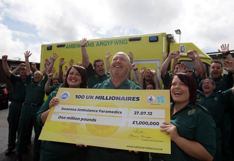 Суонси, Уэльс, 2 августа. Сотрудники станции скорой помощи выиграли 1 млн фунтов стерлингов в лотерее EuroMillions. Фото: Matt Cardy/Getty Images