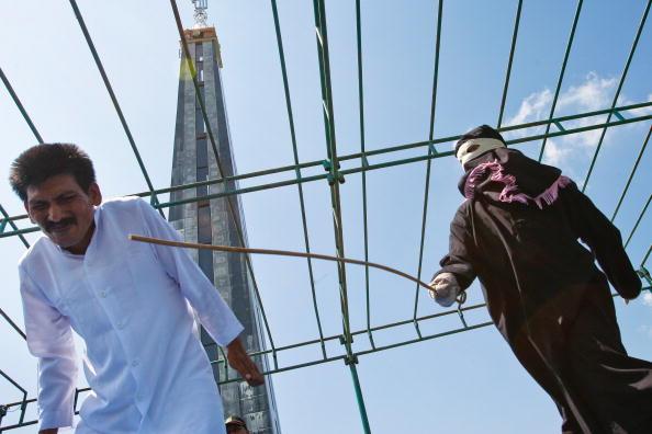 Человек публично наказан за азартную игру на деньги шестью ударами тростниковой плетью. Приговор приводит в исполнение религиозная полиции Ачехской автономии на территории Ачех-Бесарской мечети. Индонезия, 29 января 2010 года. Photo CHAIDEER MAHYUDDIN/A