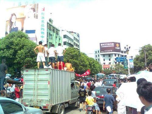 Акция протеста против грубых действий городских контролёров. Уезд Юаньлин провинции Хунань. 22 июля 2009 год. Фото с epochtimes.com