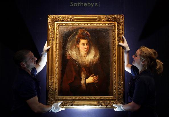 Сотрудники Sotheby вешают полотно Рубенса, которое было написано в ранние годы творчества художника. Картину, стоимость которой оценивается от 4 до 6 миллионов долларов, собираются выставить на аукцион Sotheby в Лондоне 9 декабря. Фото: Peter Мacdiarmid/G