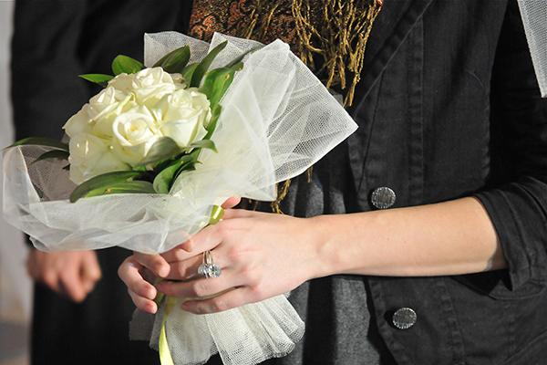 Букет на шуточной свадьбе в День святого Валентина в Киеве 14 февраля 2011 года. Фото: Владимир Бородин/The Epoch Times