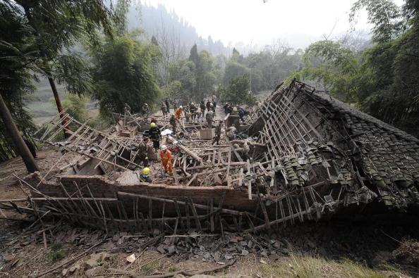 Спасатель стоит посреди обломков зданий, разрушенных землетрясением в юго-западной провинции Сычуань. Китай 31 января 2010 г. Фото: AFP/AFP/Getty Images