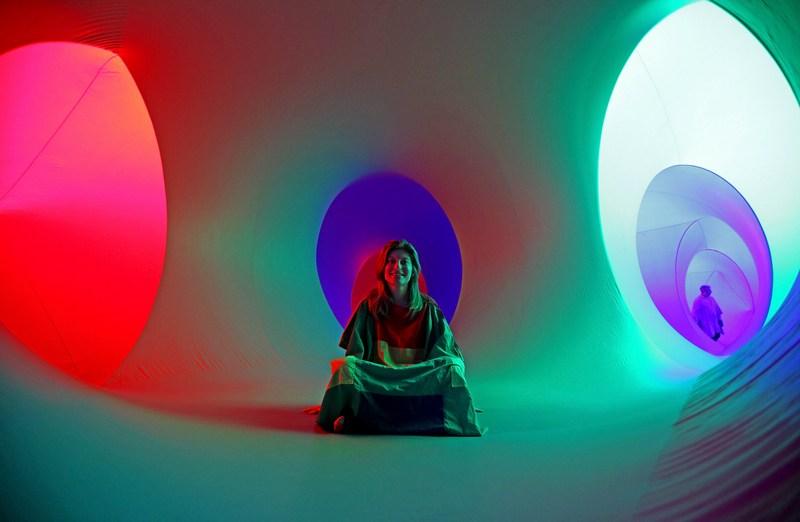Бат, Англия, 17 августа. Художник Вики Строде представил инсталляцию Colourscape из надувных туннелей и камер, заполненных цветом, светом и звучанием музыки к открытию музыкального фестиваля. Фото: Matt Cardy/Getty Images