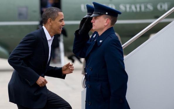 Президент США Барак Обама перед своим полетом в штат Огайо пробежкой приветствует офицеров ВВС. Авиационная база ВВС Эндрюса, 22 января 2010 года. Фото: Саул Лоэб / AFP / Getty Images