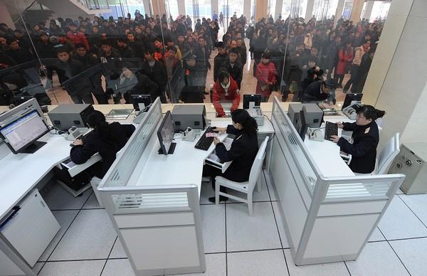 Очереди за билетами во время «новогодней миграции». Город Хэфэй провинции Аньхой. 27 января 2010 год. Фото: STR/AFP/Getty Images