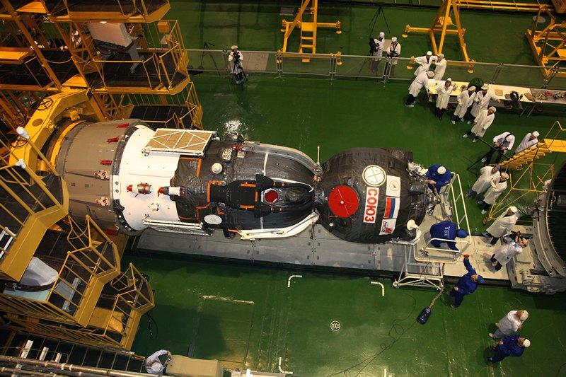 Байконур, Казахстан, 22 марта. Корабль «Союз ТМА-08М» готовится к отправке на стартовую площадку. Запуск корабля к МКС запланирован на 29 марта. Фото: —/AFP/Getty Images