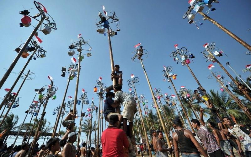 Джакарта, Индонезия, 17 августа. На праздновании 67-й годовщины Дня независимости страны — конкурс «добывания» призов. Фото: BAY ISMOYO/AFP/GettyImages