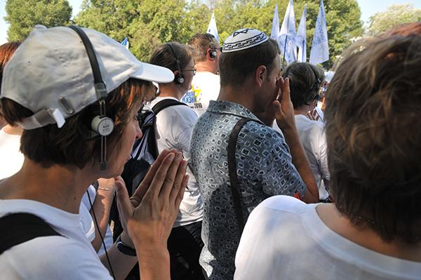 Участники Марша жизни скорбят о погибших в Бабьем Яре. Фото: Владимир Бородин/The Epoch Times