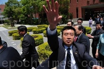 Сопровождающий делегации КНР пытается запретить делать фотосъёмку после того, как членам делегации передали уведомление о подаче судебного иска на Ван Саньюаня. Тайвань. 20 апреля 2011 год. Фото: The Epoch Times