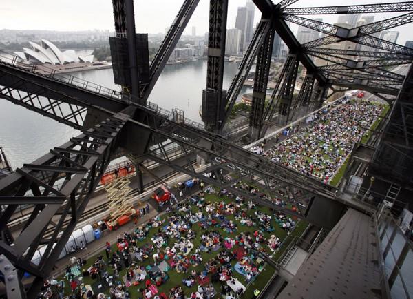 Пикник на мосту Харбор-бридж в Сиднее. Фото: Getty Images