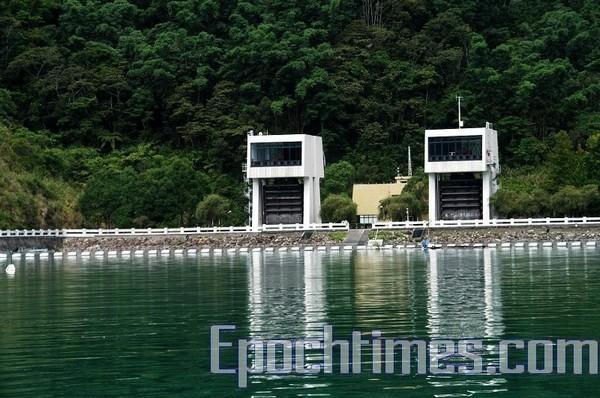 Водяное колесо на озере Жиюетан. Фото: The Epoch Times