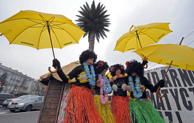 Активисты Гринписа оделись подобно африканцам. Они требуют объединенных усилий в борьбе с проблемами изменения климата. Варшава, Польша. Фото: JANEK SKARZYNSKI/AFP/Getty Images