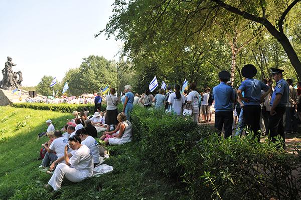 В Бабьем Яре в Киеве 5 августа почтили память погибших евреев от рук нацистов. Фото: Владимир Бородин/The Epoch Times