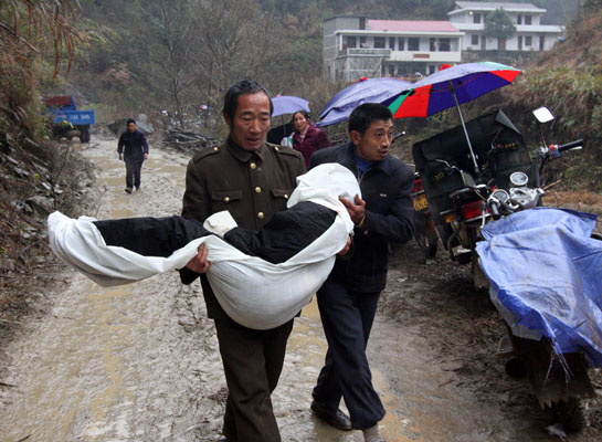 В провинции Аньхуа 34-летний Лю Айбин из охотничьего ружья застрелил 12 человек и сжёг 6 домов. Трагедия произошла в субботу 12 декабря, а на следующий день утром убийца был задержан. Фото: STR/AFP/Getty Images