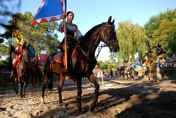 Казачка на международном рыцарском турнире «Сабля Казака Мамая» в Киеве 9 июля 2010 года. Фото: Владимир Бородин/The Epoch Times