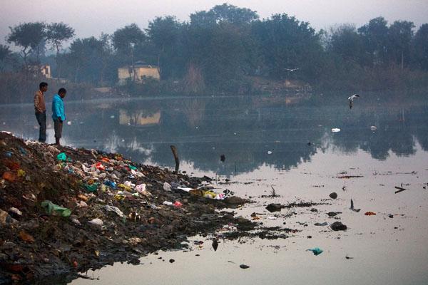Река Ямуна в индийской столице Дели загрязнена различными отходами. Фото: Daniel Berehulak/Getty Images