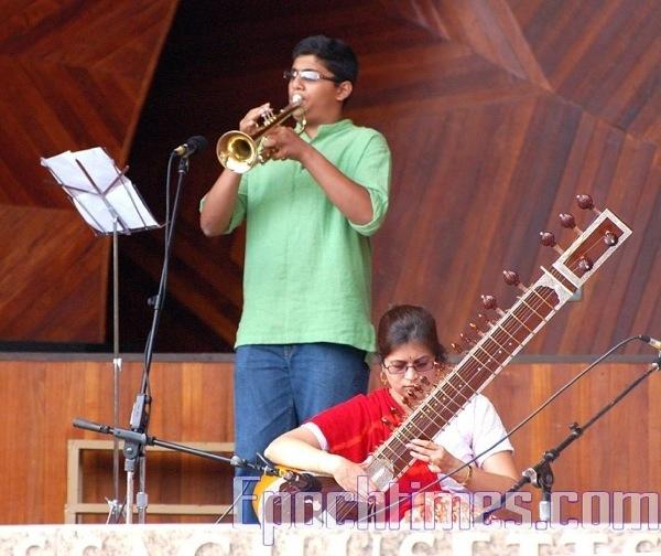 Выступление с музыкальными инструментами. Фото: Сюй Мин / Великая Эпоха